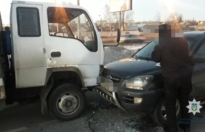 В Харькове грузовик толкнулся с легковушкой, есть пострадавшие (ФОТО)