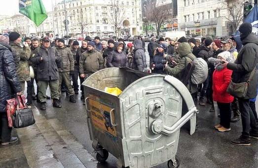 Тарифный конфликт: Харьковчане пикетируют горсовет (ФОТО, ВИДЕО)