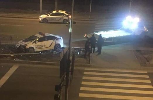 В Харькове полицейский Prius снес светофор (ФОТО)