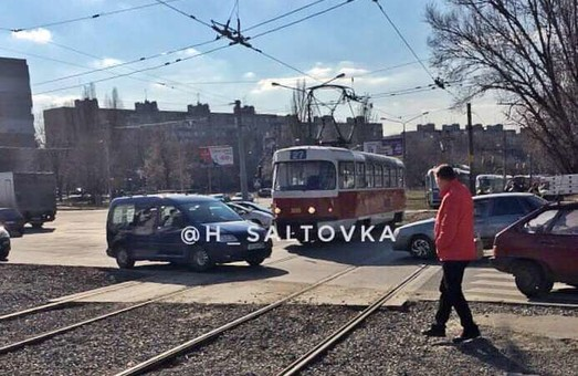 В Харькове иномарка столкнулись с трамваем (ФОТО)