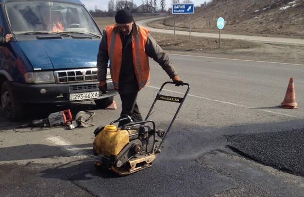 Ямочный ремонт дорог на Харьковщине: Ежедневно работают не менее 40 бригад ремонтников