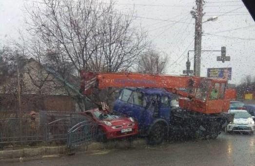 В Харькове автокран смял иномарку: есть пострадавший (ФОТО)