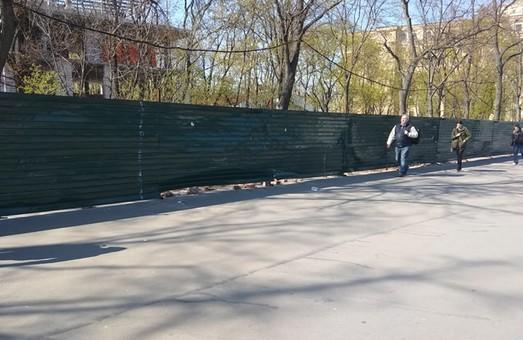 В Харькове уничтожили плакатную художественную выставку (ВИДЕО)