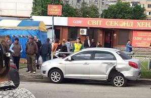 В Харькове пьяный водитель на иномарке врезался в припаркованный автомобиль (ФОТО)