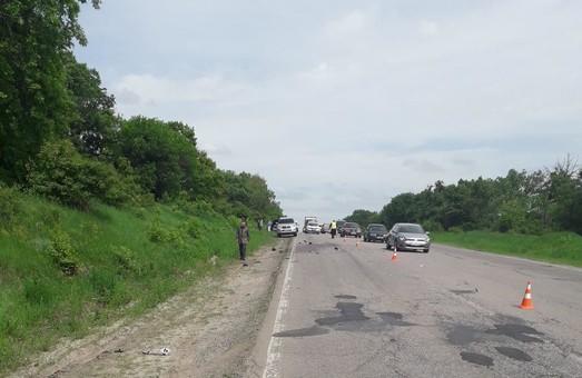 Под Харьковом в ДТП погиб мотоциклист, еще два человека травмированы (ФОТО)