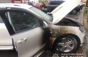 В центре Харькова подожгли иномарку чиновника горсовета (ФОТО)