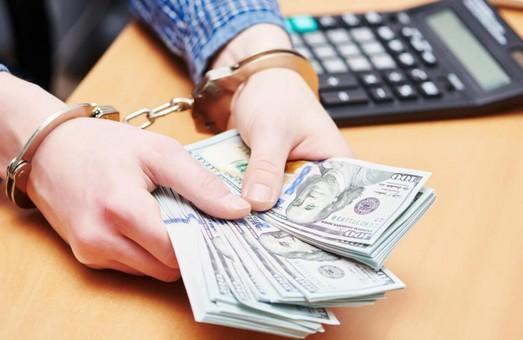 В Харькове на взятке попался чиновник исполнительной службы (ФОТО)