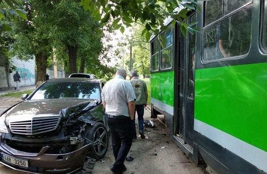 В Харькове иномарка врезалась в трамвай (ФОТО)