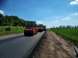 На дороге Мерефа-Лозовая-Павлоград укладывают асфальтобетонное покрытие
