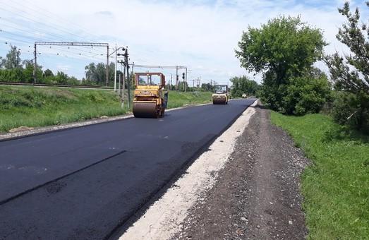 Дорожники меняют покрытие на участке дороги Дергачи - Казачья Лопань (ФОТО)