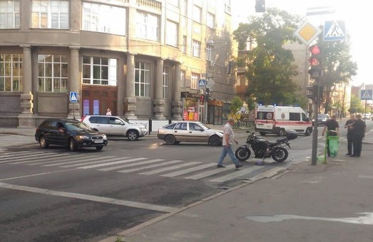 В центре Харькова в ДТП пострадал мотоциклист (ФОТО)