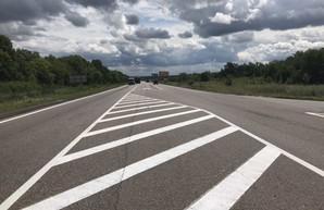 На трассах Харьковщины продолжаются работы по разметке дорожных покрытий (ФОТО)