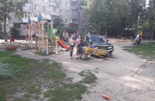 В Харькове пьяный водитель снес лавочку на детской площадке (ФОТО)