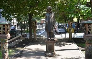 В Харькове появился памятник дворнику
