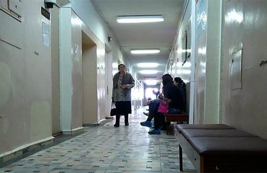 В детской поликлинике Харькова заметили воров: вытащили крупную сумму (ВИДЕО)