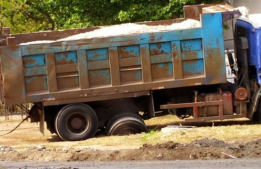 В Харькове грузовик провалился в почву (ФОТО)