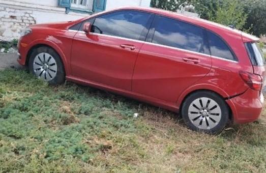 Машина чиновника врезалась в дом пенсионера на Харьковщине (ФОТО)