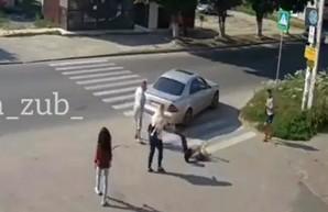 Водитель, сваливший девушку пощечиной, не считает себя виноватым (ВИДЕО)
