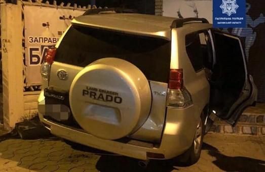 Внедорожник разбил легковушку и влетел в стену магазина в Харькове (ФОТО)