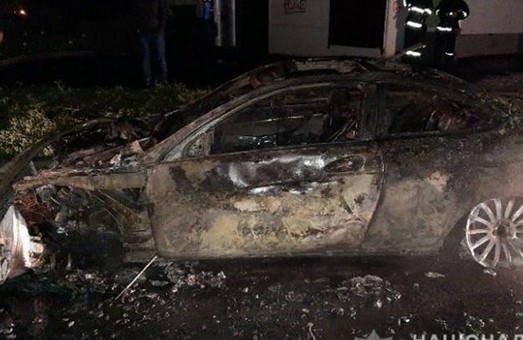 Стало известно, чей Mercedes сожгли возле харьковского центра админуслуг