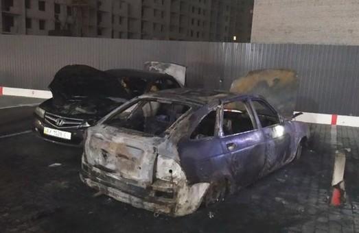 На парковке в Харькове снова подожгли легковушки (ВИДЕО)