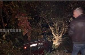 На Салтовке авто слетело в кювет и перевернулось: есть пострадавшие (ФОТО)