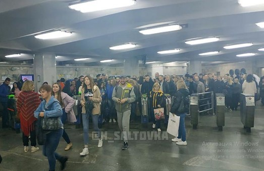 Харьковчане пожаловались на огромные очереди в час-пик в метро