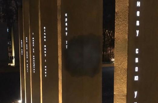 Не прошел и месяц: харьковский памятник Защитникам Украины пытались испортить