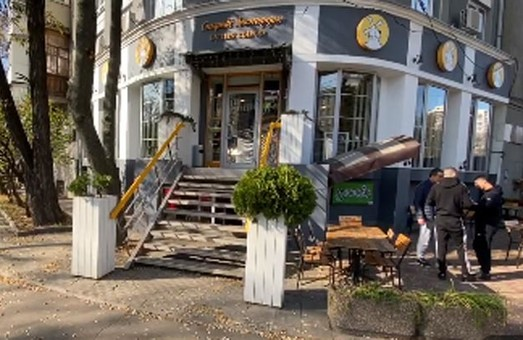 Посетитель с топором начал громить ресторан в центре Харькова
