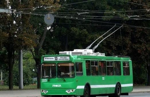 В Харькове троллейбус с пассажирами слетел с дороги и сломался трамвай (ВИДЕО)