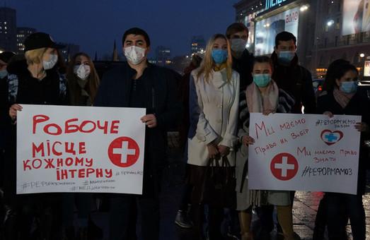 Студенты-медики в масках. Очередной пикет под Харьковской ОГА (ФОТО)
