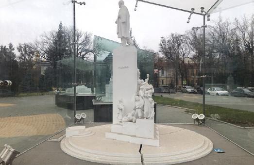 Рушится на глазах: в центре Харькова треснул памятник (ФОТО)