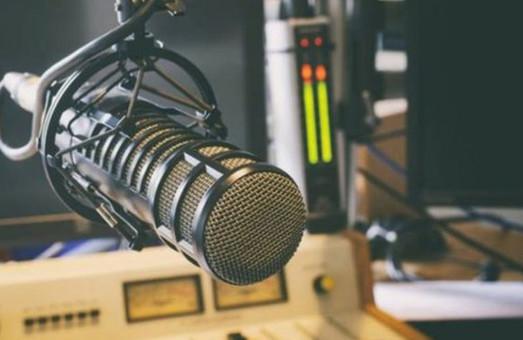 Светличная креативно поздравила работников радио и ТВ (ВИДЕО)
