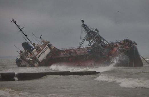 В Одессе назревает экокатастрофа: из затонувшего танкера в море льется нефть (ФОТО, ВИДЕО)