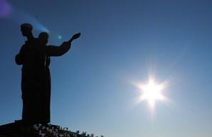 Сотни харьковчан пришли на Мемориале жертвам Голодомора, чтобы почтить память погибших (ФОТО)
