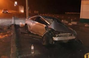 В Харькове легковушка врезалась в столб: четверо пострадавших