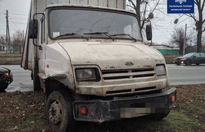 На Салтовке грузовик попал в ДТП и слетел на обочину (ФОТО, ВИДЕО)