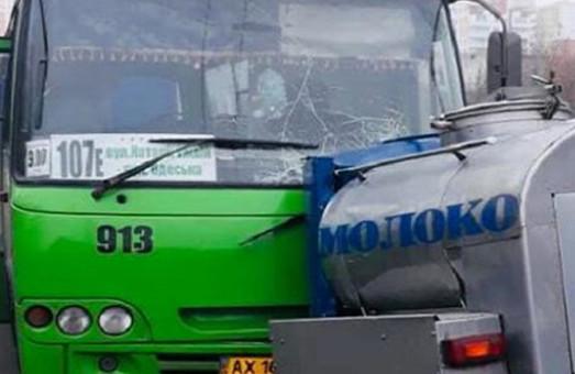 Бочка от молоковоза оторвалась и врезалась в харьковскую маршрутку (ФОТО)