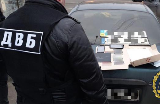Задержан харьковский коп, который за взятку подделывал автономера (ФОТО)