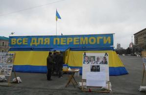 Палатку «Все для победы» в центре Харькова убирать не планируют