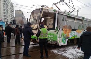 В Харькове трамвай «примял» легковушку: есть пострадавшие (ФОТО)