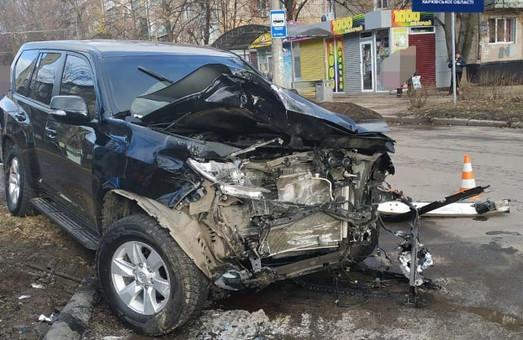 В Харькове попал в ДТП внедорожник, есть пострадавшие (ФОТО)