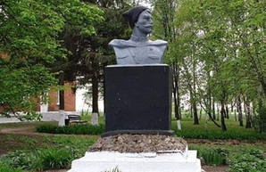 Активисты нашли под Харьковом памятник Чапаеву и требуют его снести
