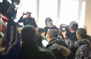 Суд по делу Сысы: на заседании произошла потасовка