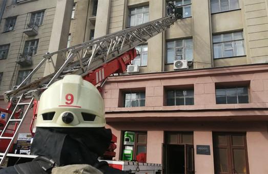 Спасатели учились тушить пожар в общежитии харьковского вуза (ФОТО)