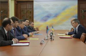 Кучер обсудил с послами Казахстана и Азербайджана наиболее выгодные сферы для инвестиций