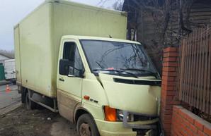 На Алексеевке микроавтобус снес столб и врезался в частный дом