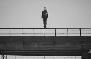 Пыталась прыгнуть с моста: в Харькове девушку спасли от суицида