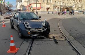 В центре Харькове BMW влетел в машины на парковке (ФОТО)