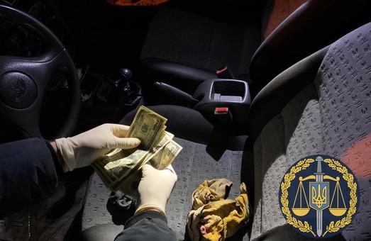 На Харьковщине правоохранители попались на взятке в тысячу долларов (ФОТО)